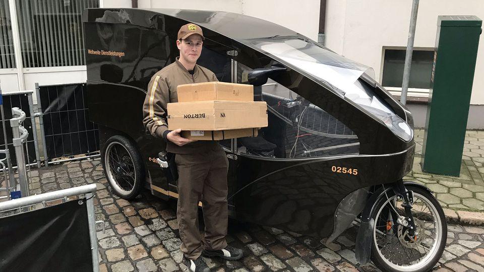 UPS-Bote Arne Oltmanns mit seinem elektrischen Lastenfahrrad