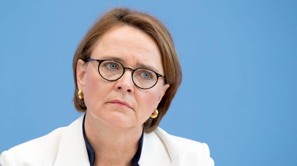 Die Integrationsbeauftragte der Bundesregierung, Annette Widmann-Mauz, legt vor einer hellblauen Wand den Kopf schräg