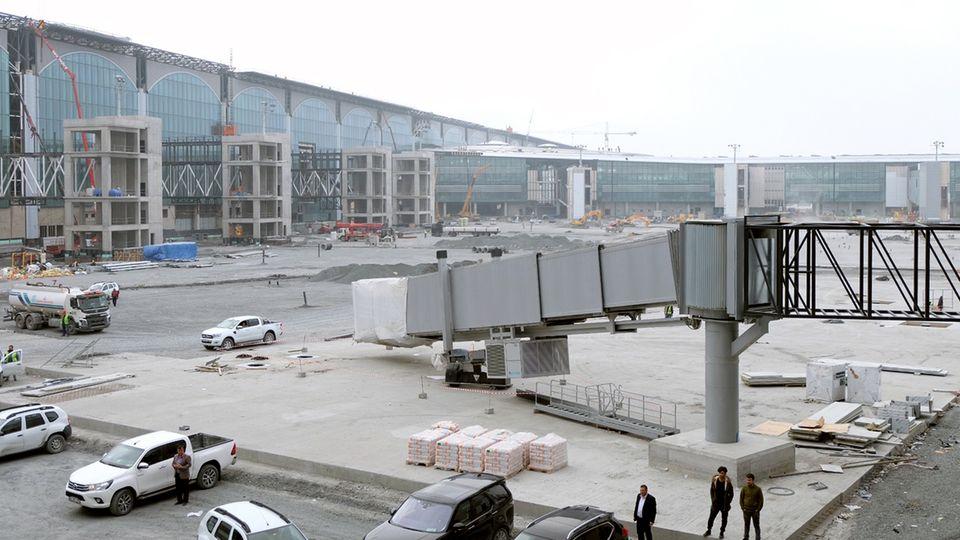 Weiterhin Großbaustelle: der neue Flughafen Istanbul international. Ein Teil des Geländes soll jetzt nach schweren Regenfällen unter Wasser stehen.