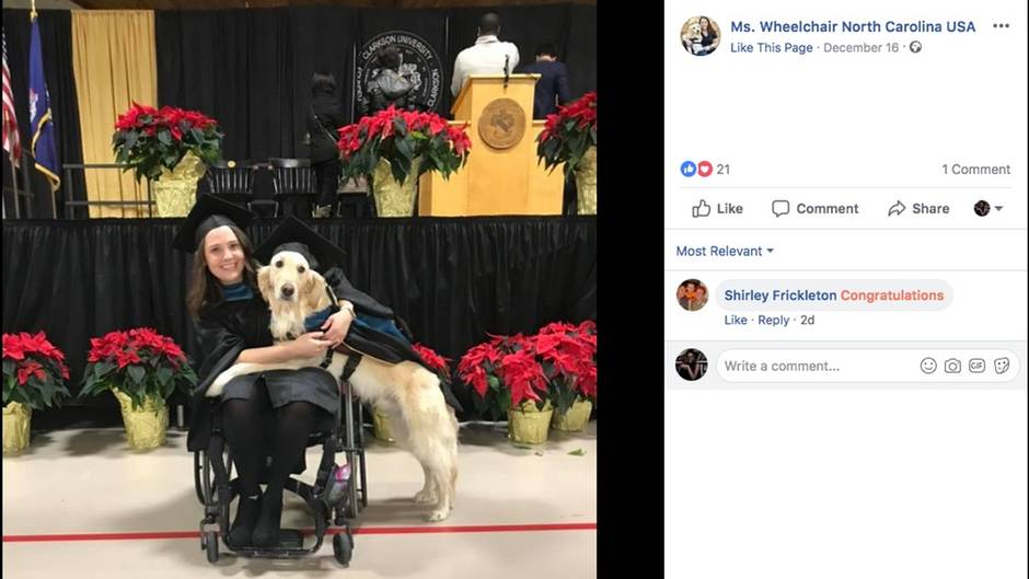 Frau in Rollstuhl mit ihrem Hund