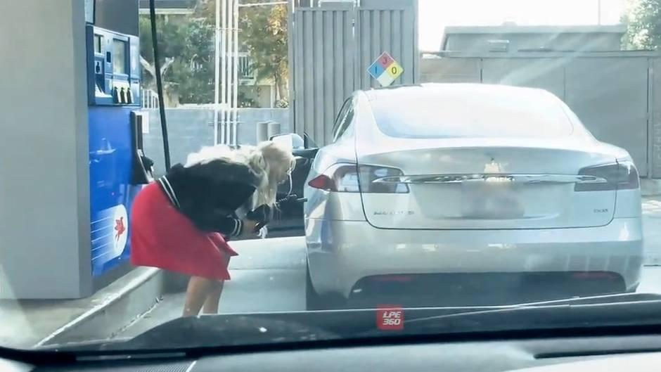 Elektroauto: Frau versucht, ihren Tesla zu tanken – die Jungs hinter ihr im Auto können nicht mehr vor Lachen