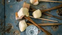 Das Brot zunächst kurz in Kirschwasser und dann erst in den geschmolzenen Käse tunken