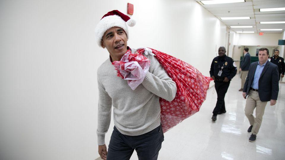 Barack Obama verteilt Geschenke in einem Kinderkrankenhaus