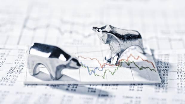 1. Soll ich noch Aktien kaufen?  Nur wenn Sie gute Nerven haben: Sank doch der Dax, der Index der 30 größten Unternehmen, um 14 Prozent bis Anfang November. Und nächstes Jahr drohen Brexit, ein amerikanisch-chinesischer Handelskrieg und eine Eurokrise, weil Italien mehr Schulden machen will. Schlechte Nachrichten für Firmen und Kurse. Wer dennoch Aktien kaufen will, sollte nicht auf Einzelwerte, sondern auf Fonds setzen, die mehrere Titel bündeln. Einzelne Verluste lassen sich durch Gewinne anderer Papiere ausgleichen. Günstig sind Indexfonds, die Börsenindizes wie etwa den Dax, Eurostoxx oder den Weltindex MSCI der über 1600 weltweit größten Firmen abbilden. Wer im Jahr 2000 einen MSCI-Fonds gekauft hat, freut sich heute über einen Kursgewinn von mehr als 40 Prozent – trotz diverser Börseneinbrüche.