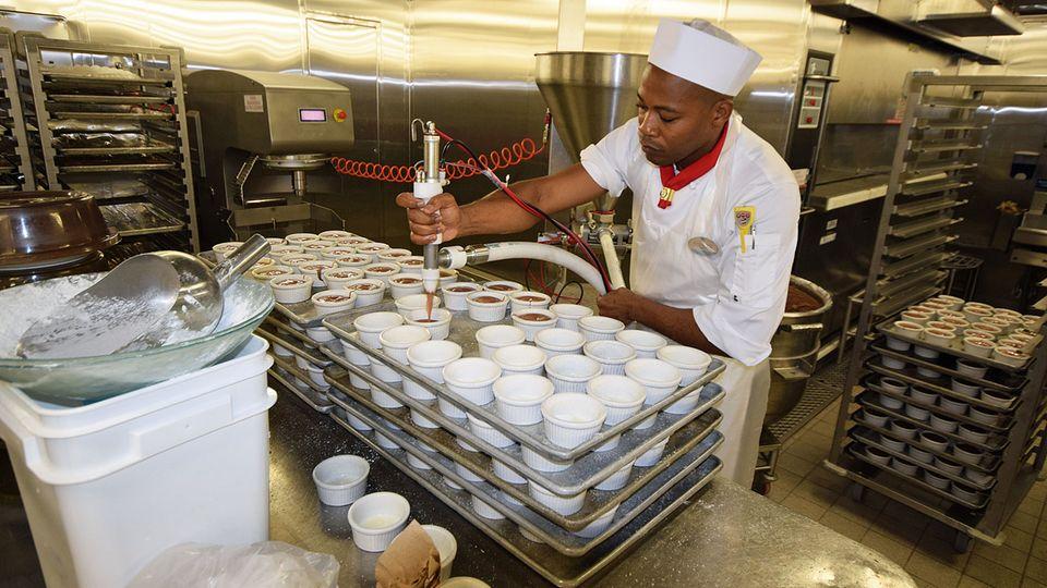 Tief im Bauch des Schiffes wird in der Küche geschuftet: Vorbereitung der Nachspeisen