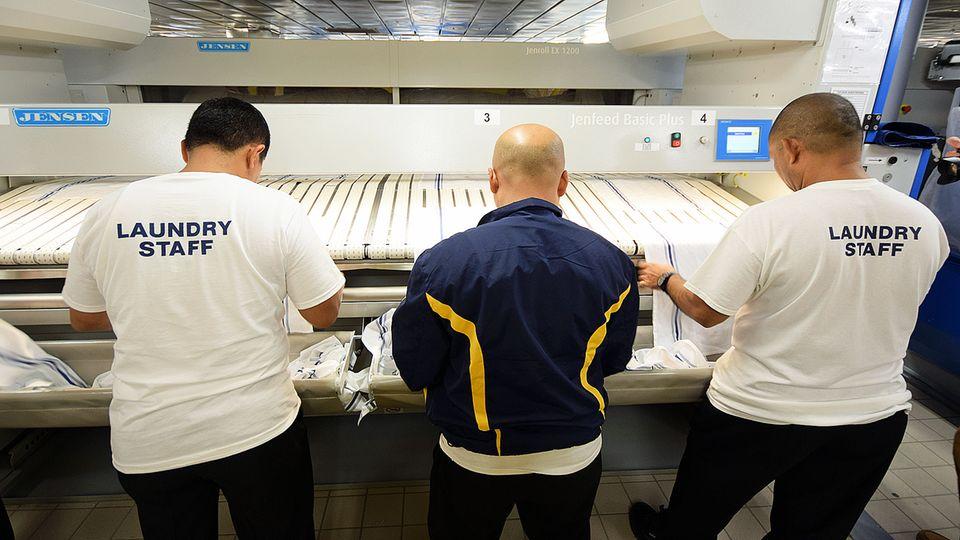 In der Wäscherei: Schuften im Bauch von Kreuzfahrtschiffen