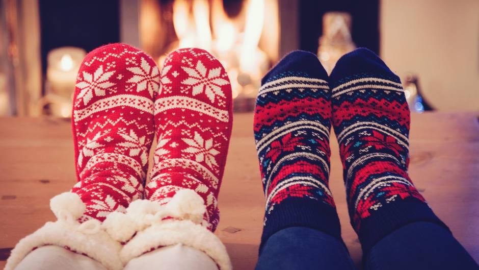 Auch bei Amazon beliebt: Socken zu Weihnachten. Im Bild: Socken vor einem brennenden Ofen