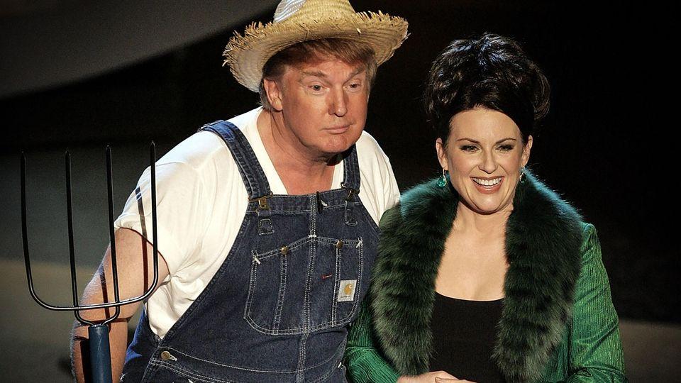 Donald Trump und Megan Mullally führen 2006 eine Nummer bei der Emmy-Verleihung auf.
