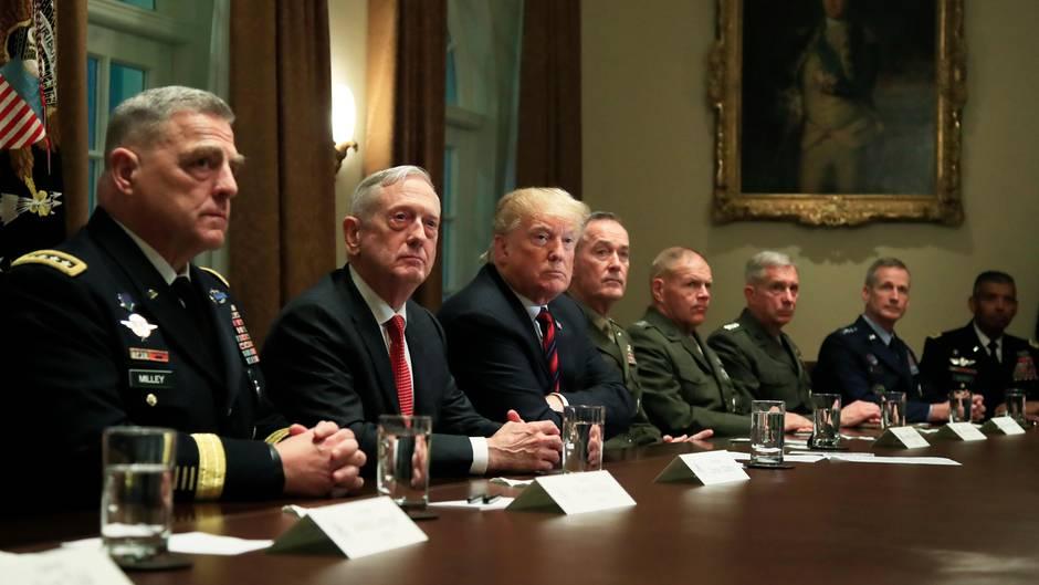 Jim Mattis (2.v.l) ist als Verteidigungsminister zurückgetreten