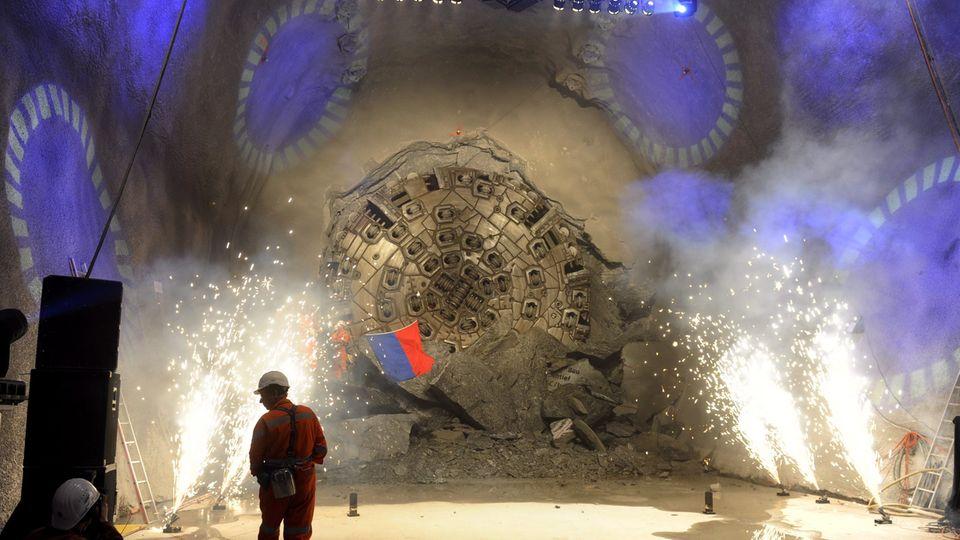 """Die Maschine """"Heidi"""" bricht im Gotthard Basistunnel durch."""