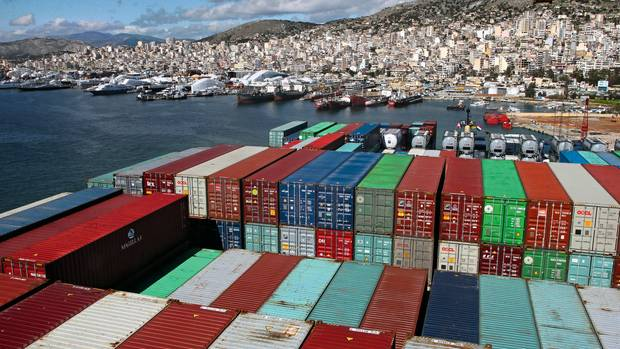 Ein Containerschiff im Hafen von Piräus bei Athen. Der chinesische Staatskonzern Cosco übernahm den Hafen 2016 und baut ihn seitdem zu einem wichtigen Stützpunkt in Europa aus.