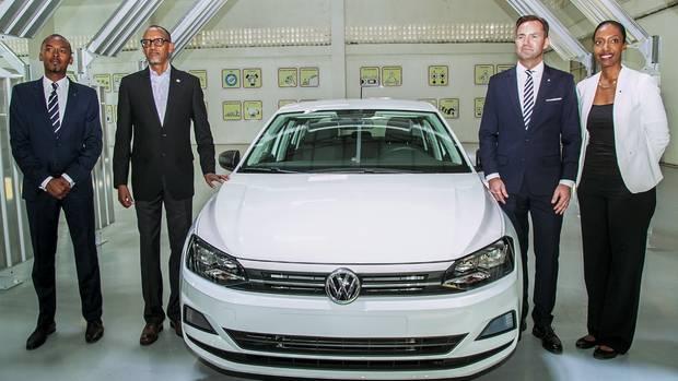 VW-Manager Thomas Schäfer (2. v. r.) und Ruandas Präsident Paul Kagame (2. v.l.) präsentieren den ersten in Kigali gefertigten Polo. Mit Carsharing-Modellen will VW in Afrika neue Märkte erobern.