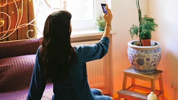 Soziale Netzwerke sind wie gemacht für gesellige Wesen wie den Menschen: Sie garantieren Reaktionen auf jede Selbstdarstellung, Daumen hoch, Daumen runter, mancher wird ein Star. Die Tiermedizinstudentin Elysa wollte das auch, und Instagram war ihre Bühne. Doch statt berühmt wurde sie einsam, verlor ihren Nebenjob und schwänzte die Vorlesungen. Aufgemotzte Kunstfiguren ersetzten den Freundeskreis. Elysa zog einen Schlussstrich. Sie stieg aus und löschte ihren Account.