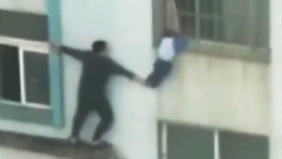 Dramatische Rettung: Kleinkind in Lebensgefahr: Dreijähriger klammert sich an Fenstergitter