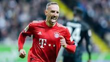 Mit herausgestreckter Zunge läuft Franck Ribéry lachend über den Rasen
