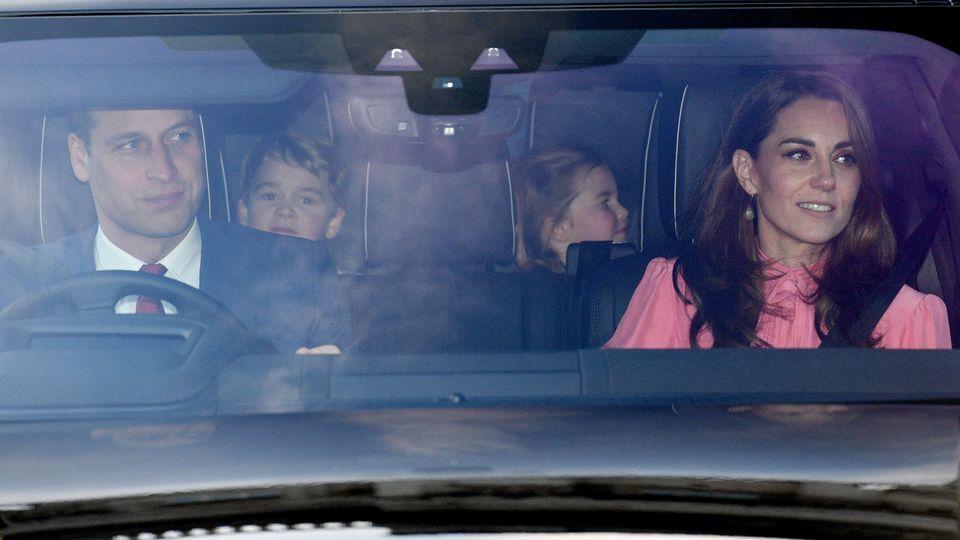 Auch eine königliche Familie geht einkaufen. Herzogin Kate und die Kinder wurden kurz vor Weihnachten überraschend beim Shopping gesichtet – hier ein Bild vom 19. Dezember mit Prinz William am Steuer.