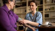 Newcross Healthcare bestraft kranke Mitarbeiter (Symbolfoto).