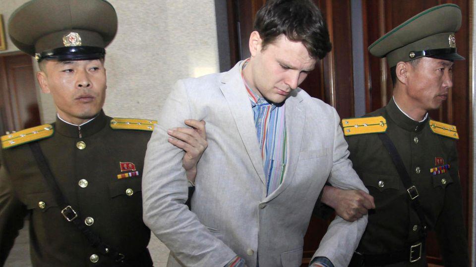 Otto Warmbier wird von zwei nordkoreanischen Polizisten eskortiert