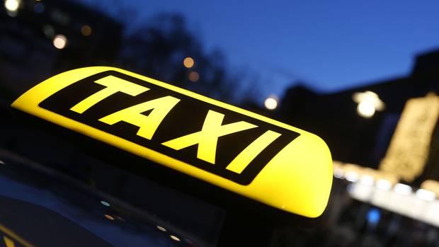 Ein Mann unterbrach seine Taxifahrt, um pinkeln zu gehen - und verirrte sich (Symbolbild Taxi).
