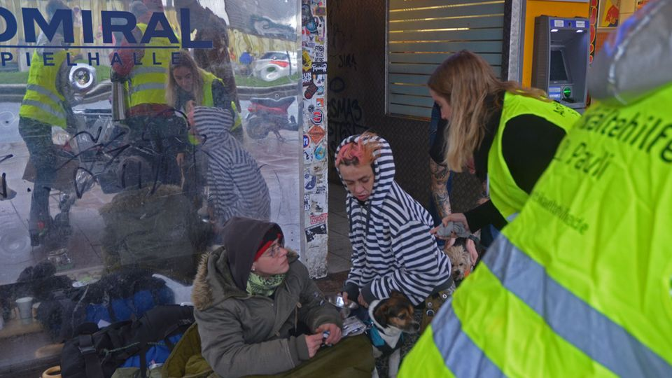 Zwei obdachlose Frauen vor der Spielhalle