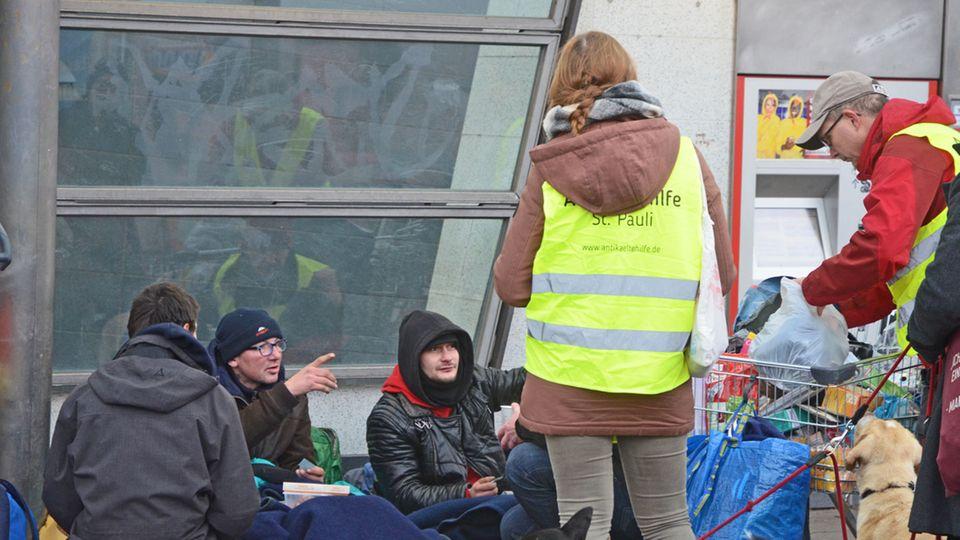 Obdachlose suchen Schutz an der Bahn-Station