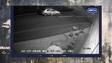 Mann setzt Hund auf der Straße aus