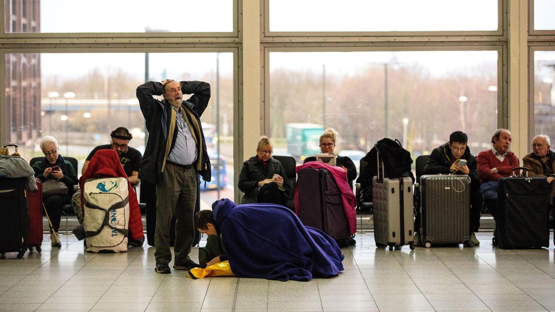 """Verzweifelte Passagiere während der Gatwick-Sperrung - Polizei spricht von""""zahlreiche Drohnensichtungen"""""""