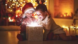 Kinder packen ein Weihnachtsgeschenk aus