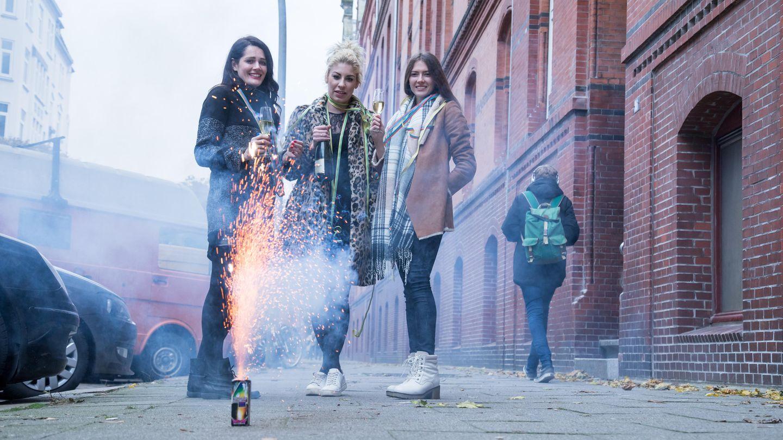 Eine Gruppe von Freunden mit Silvesterfeuerwerk