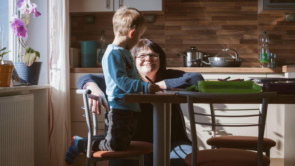 Alexandra Haselberger mit Leon in der Küche ihres Hauses im bayerischen Freyung