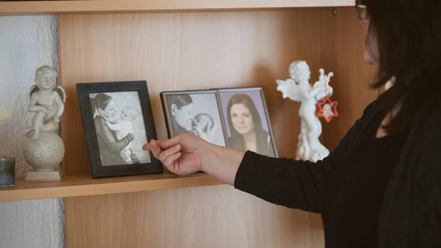 Alexandra Haselberger vor Bildern von Lisa und Leon