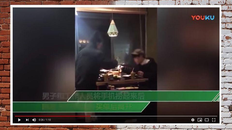 Restaurant in China: Mann spielt beim Essen am Handy – Freundin wirft es in den Kochtopf