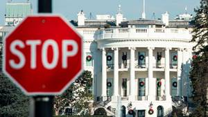 Ein Stoppschild vor dem Weißen Haus in Washington