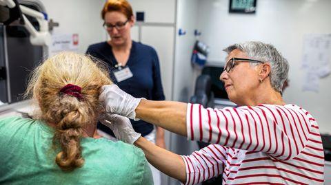 Annette Antkowiak behandelt Menschen ohne Krankenversicherung