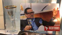 """Ein Fotovon Götz George als Gerd Heidemann in der Satire """"Schtonk!"""". Daneben eineRequisite aus dem Film:das Glas mit dem goldenen Adler drauf, AH für Adolf Hitler. Das Kujau-Kabinett inBietigheim-Bissingen, 20 Kilometer nördlich von Stuttgart gelegen,ist ein privates Museum, das sich ausschließlich den Fälschungen Konrad Kujaus widmet."""