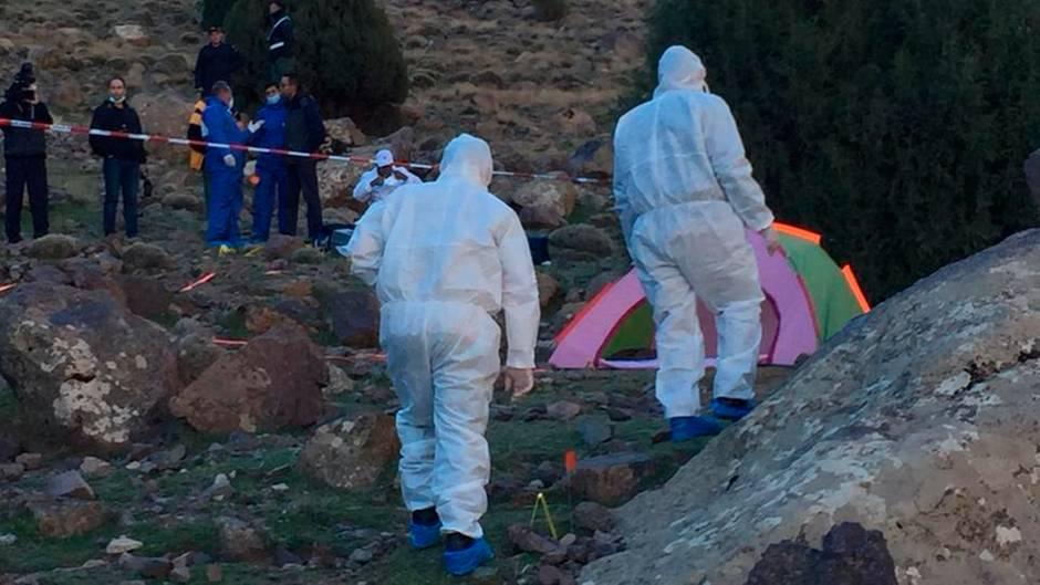 Forensiker untersuchen die Gegend um ein Zelt in einer abgelegenen Region des Atlasgebirges