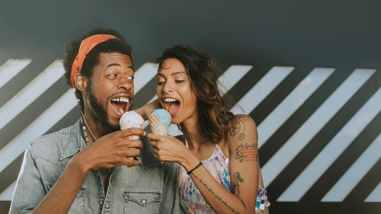 Paar isst Eis
