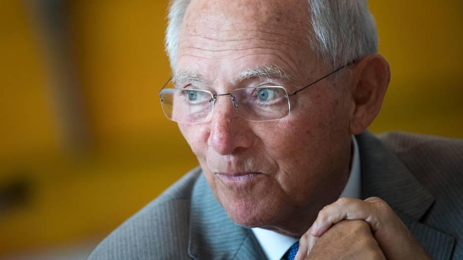 Bundestagspräsident Wolfgang Schäuble (CDU)in seinem Büro im Deutschen Bundestag