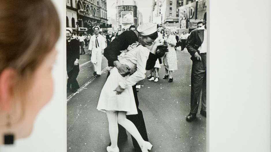 Das Bild des Seemanns, der auf dem Times Square in New York einer fremden Frau einen Kuss auf die Lippen drückt, gilt als Symbolbild für die vorherrschende Ekstase nach Ende des zweiten Weltkrieges 1945. Die Küssenden, die Alfred Eisenstaedt damals vor die Linse kamen,wurden Jahrzehnte später als George Mendonsa und Greta Zimmer-Friedman identifiziert.
