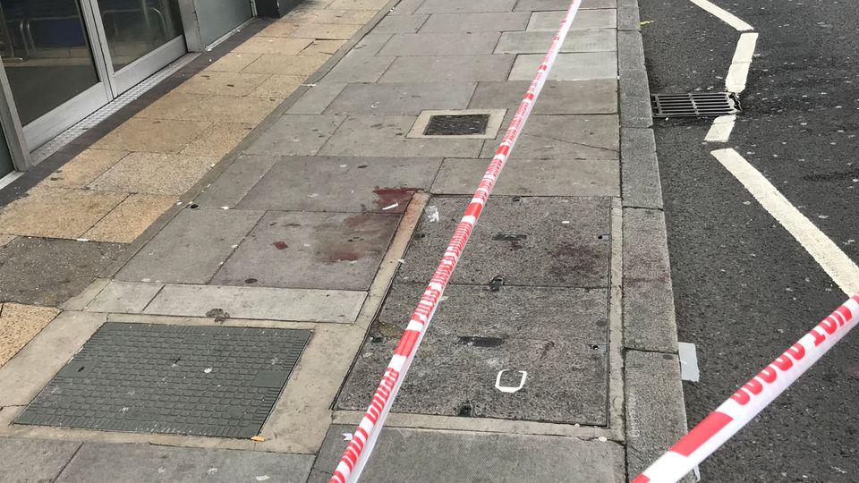 Großbritannien, London: Ein Absperrband der Polizei sperrt den Tatort derMesserstecherei ab. Das Opfer wurde bei der Attacke lebensgefährlich verletzt.