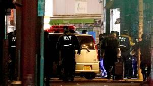 Japanische Polizisten inspizieren einen silbernen Kleinwagen, der in Tokio in eine Menschenmenge gesteuert wurde