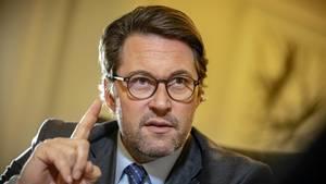 Bundesverkehrsminister Andreas Scheuer gibt bekannt, dass die Pkw-Maut ab 2020 eingeführt wird
