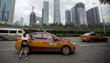 Eine Frau steigt in ein Taxi, aufgenommen in China