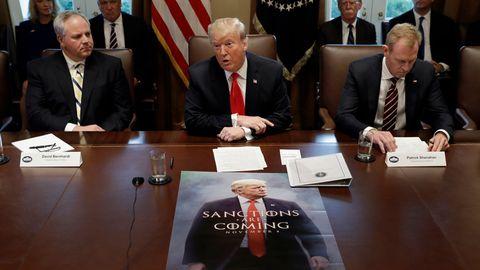"""Donald Trump brachte zur Kabinettssitzung sein skurriles """"Game of Thrones""""-Poster mit. Warum, blieb unklar."""
