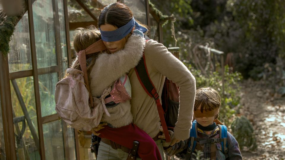 """Eine Szene aus dem erfolgreichen Netflix-Thriller """"Bird Box"""" mit Schauspielerin Sandra Bullock"""