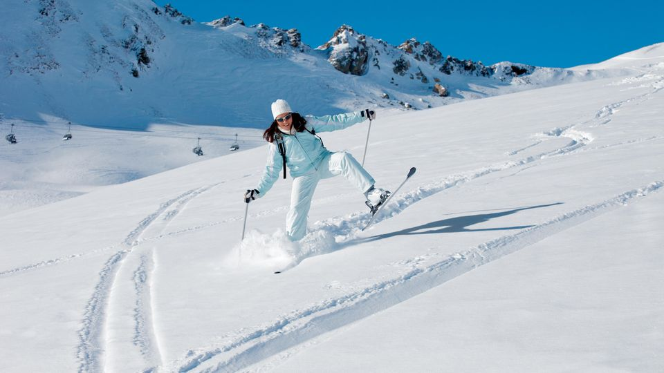 Eine Frau fährt ungelenk Ski