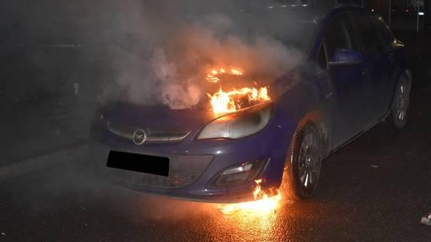 nachrichten deutschland - brennendes auto in fahrt
