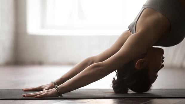 Eine Frau macht Pilates