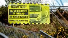 Ein Schild gegen den Brexit steht an der Autobahn an der Grenze zwischen Irland und Nordirland