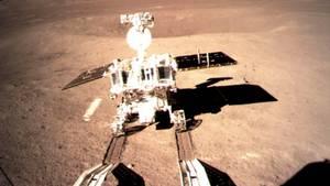China auf der Mondrückseite - Erste Spuren des Rovers Jadehase 2 im Mondboden